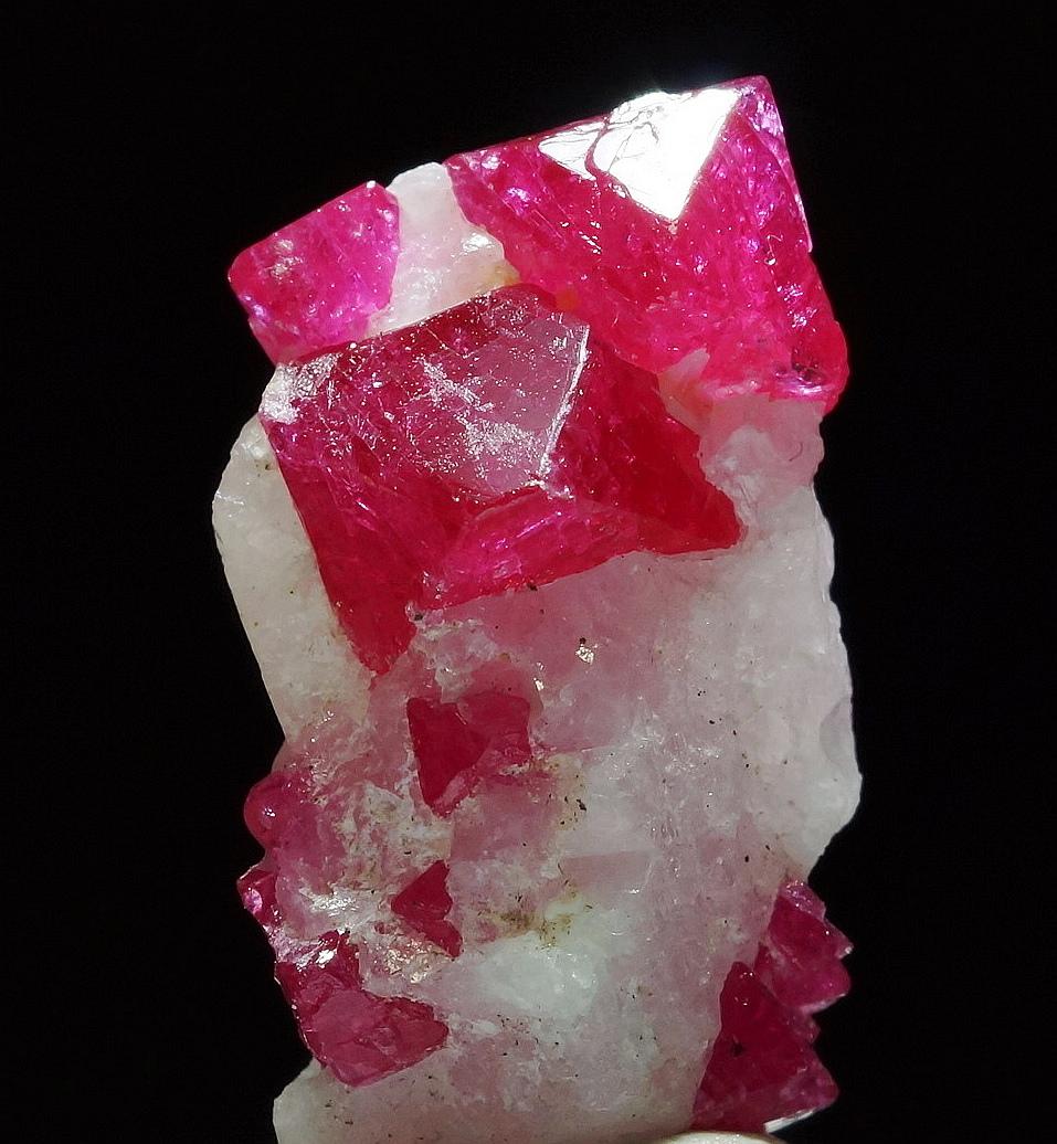 ミャンマー・モゴック産ピンクスピネルの綺麗な標本