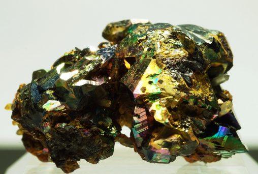 イタリア産レインボーヘマタイトの水晶が共生した綺麗な標本