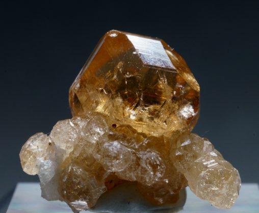 カナダ・ジェフリー鉱山産グロッシュラーガーネットの美しい標本